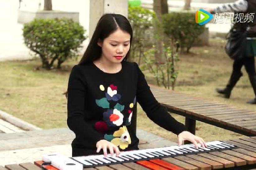 手卷钢琴PU88公园演奏视频